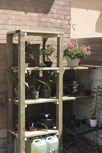 petite étagère dans le jardin IMG_1604