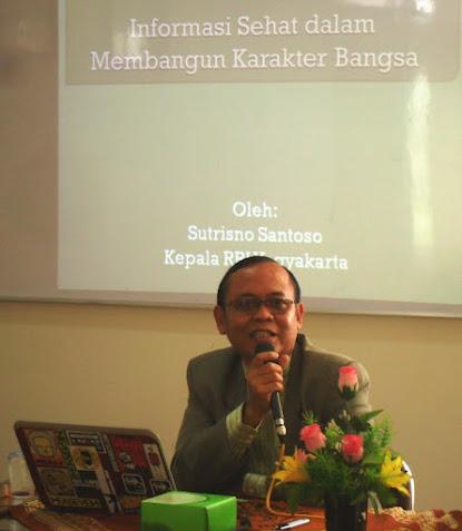 Direktur RRI Yogyakarta, Sutrisno Santoso, menyampaikan materi Informasi Sehat untukPembentukan Karakter Bangsa