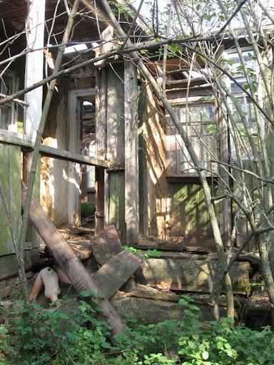 вход в разваленый дом