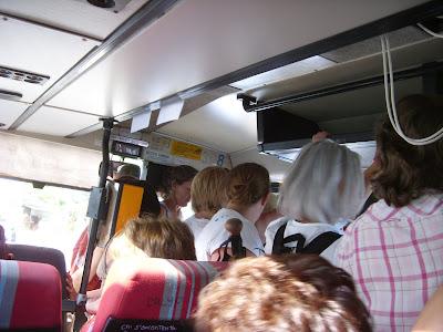 町に下りるバス