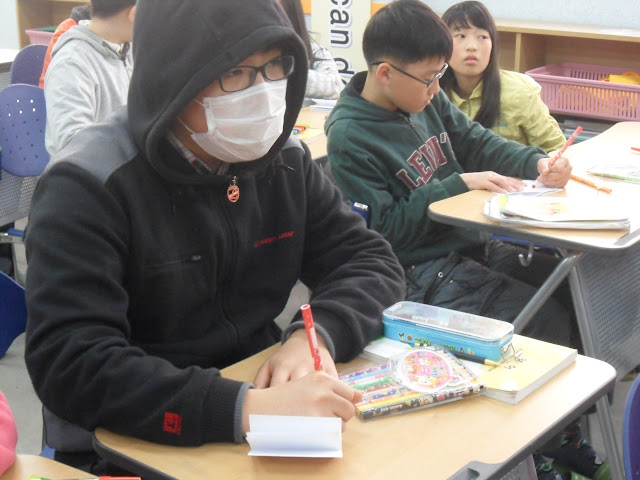 asian student wears sick mask,