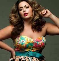modelo plus size usando vestido floral