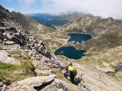 Grimpant cap al cim, amb els estanys de Juclar al fons