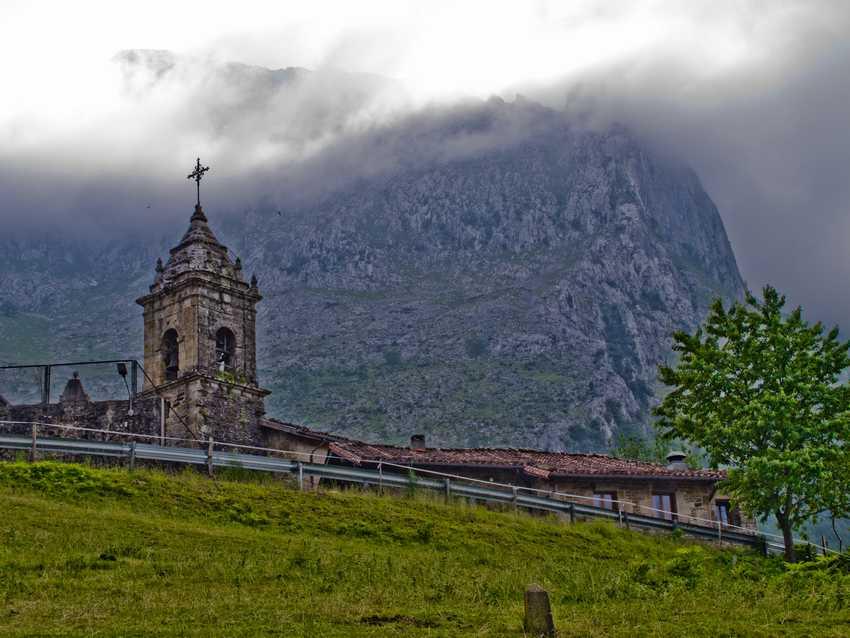 Iglesia de San Miguel en el valle de Atxondo