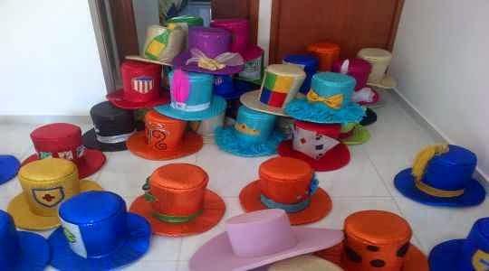 Uso de sombreros para una fiesta (accesorios para cumpleaños)