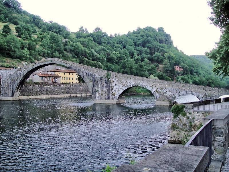 берега реки Serchio, в городке Borgo a Mozzano.