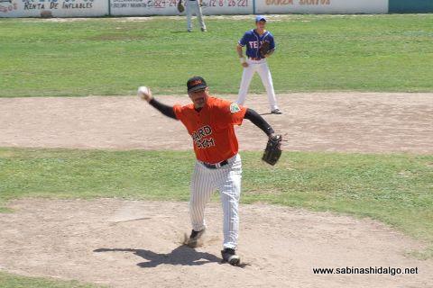 Amaniel Sánchez lanzando en el softbol dominical de la Liga Pequeña