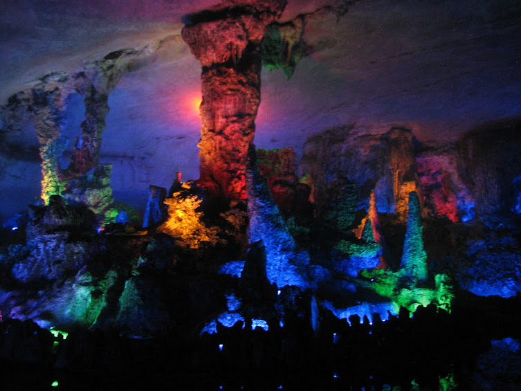 В Пещере Семи звезд в Гуйлине сталактиты