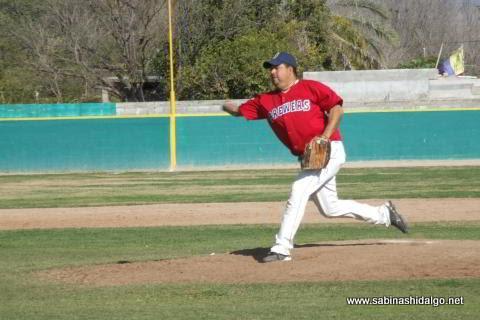 Gregorio Flores lanzando por Cerveceros en el beisbol municipal