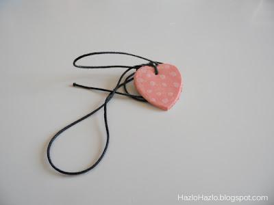 Colgante de arcilla en forma de corazón.