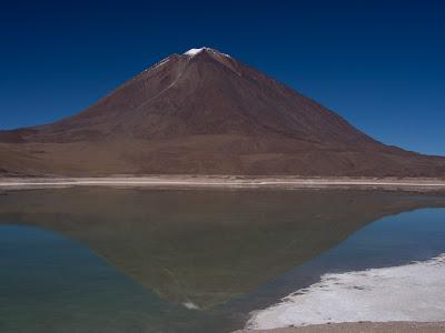 Volcà Licancabur reflectit sobre la Laguna Verde