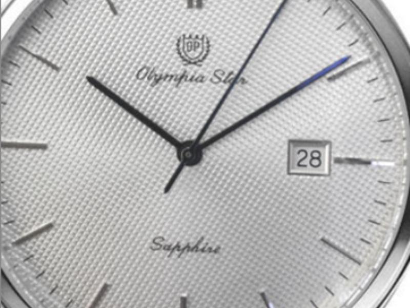 """Cận cảnh mặt đồng hồ được in chữ """"Sapphire""""- chất liệu cứng thứ 2 thế giới chỉ sau kim cương"""