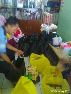 relawan sedang mengemas paket bantuan