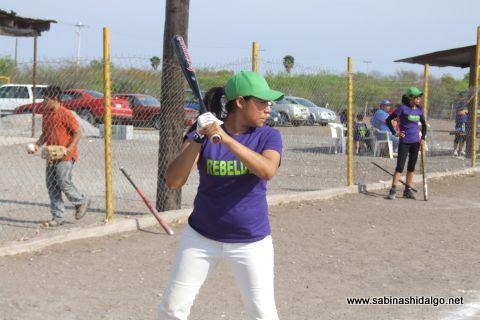 Perla Calvo de Rebeldes en el softbol femenil del Club Sertoma