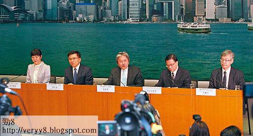 上週五,財政司長曾俊華(中)再公布打擊樓市新招,包括推出雙倍印花稅等。(於港民攝)