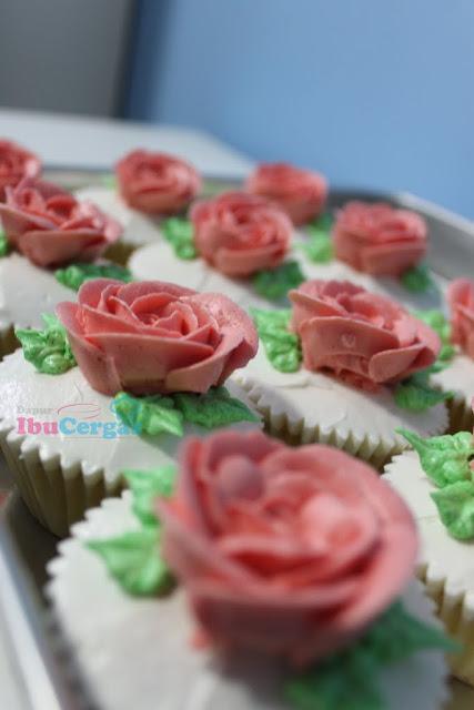vanilla fluffy cupcake rosses buttercream {focus_keyword} Peniaga Itu... IMG 2690