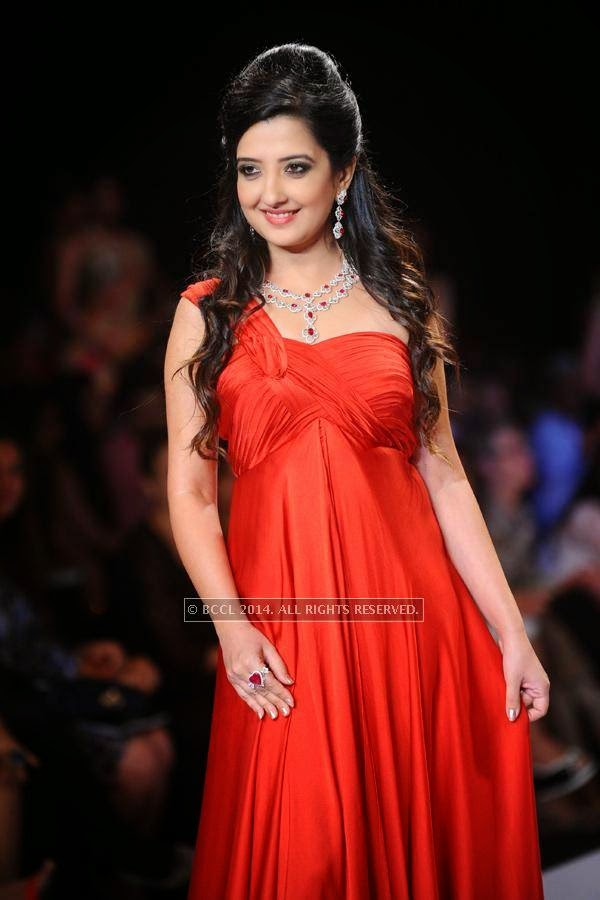 Amy Billimoria walks the ramp for Saboo Fine Jewels on Day 3 of India International Jewellery Week (IIJW), 2014, held at Grand Hyatt, in Mumbai.