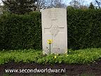 Lance Corperal R.J.Wilson, Coldstream Guards 1e April 1945, Leeftijd 23, Oosterbegraafplaats Enschede.