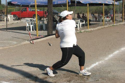 Samantha Guerrero de Cazadoras de Villaldama en el softbol femenil del Club Sertoma