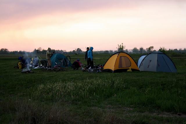 палаточный лагерь вечером