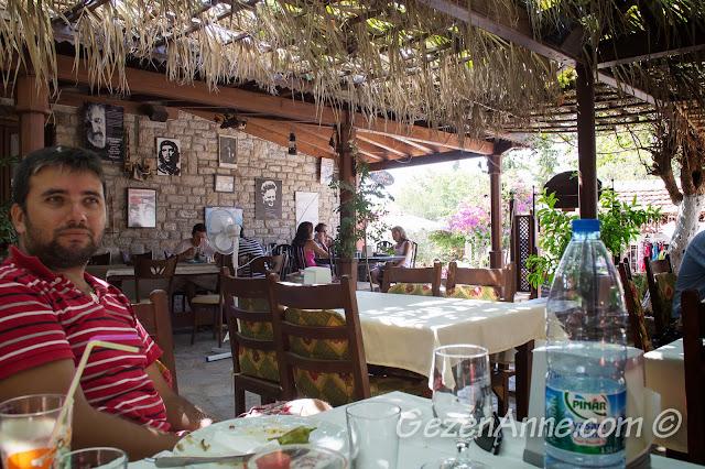 Eski Datça'daki Datça Sofrası'nda yemek yerken