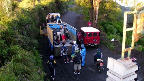 Peserta bahu membahu menurunkan sepeda dari truk. Nilai kebersamaan bisa kami dapat disini