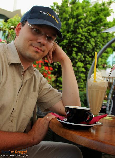Maciej ze swoją kawą - tak, tą większą ;)