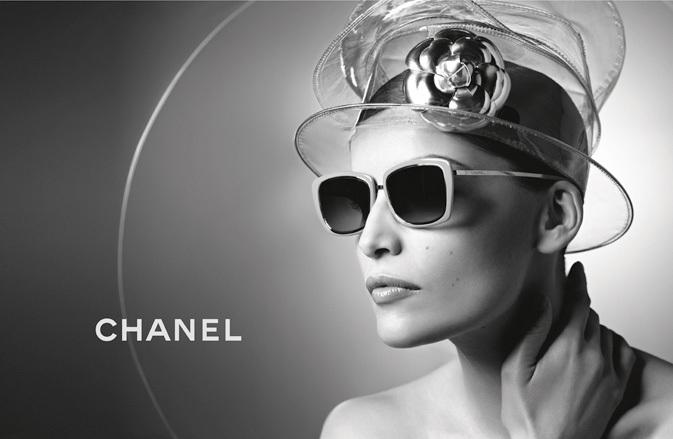 En 1996, le modèle a été le visage de collection lunette chanel , mais  cette fois c était Allure, l un des parfums de signature. 7899f5e6e754