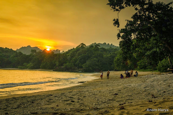 Matahari terbenam di Pantai Kondang Merak