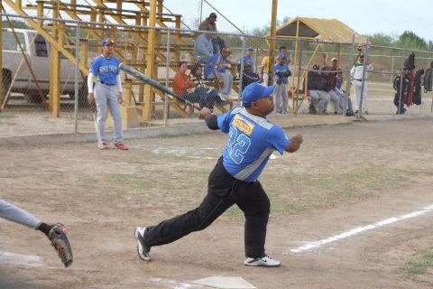 Ricardo Pacheco de Piratas en el softbol sabatino