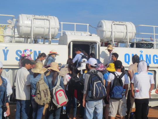 Khách du lịch chen chân cờ tàu vào đất liền sau lễ 30/4 và 1/5.