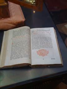 Como adorno a una caja policromada o no sé qué había dos libros antiguos (para mí mucho más interesantes), pedí datos sobre ellos y lo único que me supieron decir era que eran unas biblias antiguas. Como ví que eran misale y no biblias ya no les pregunté más.