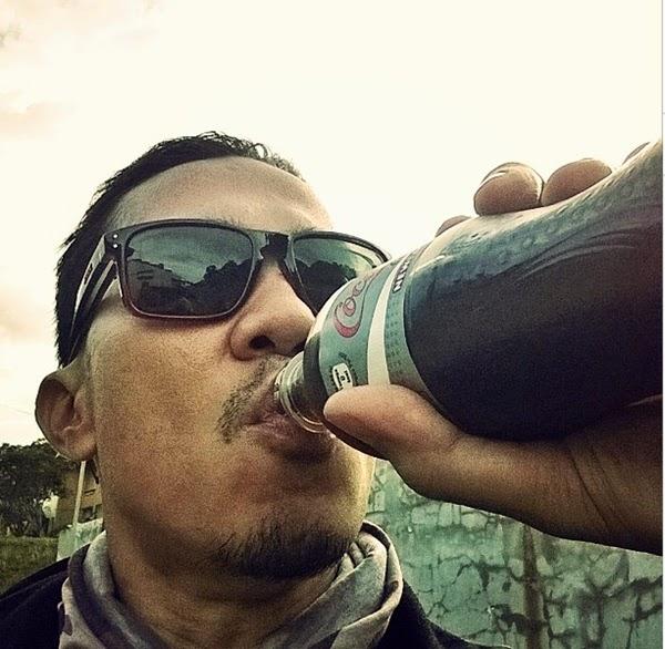 minum coca cola light