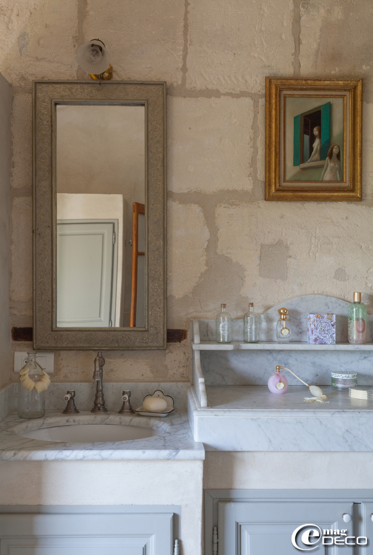 Lavabos anciens en marbre sur meuble, flacons de parfum Cath Kidston et Annick Goutal