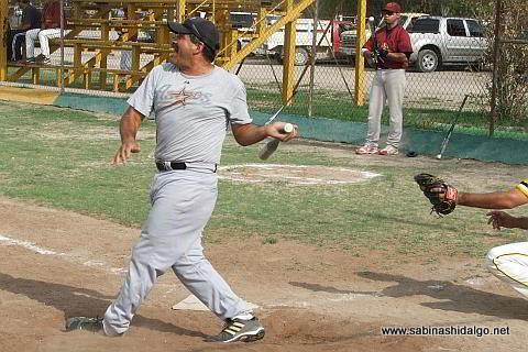 Sergio Ávila bateando por Cárdenas Trucking en el softbol sabatino