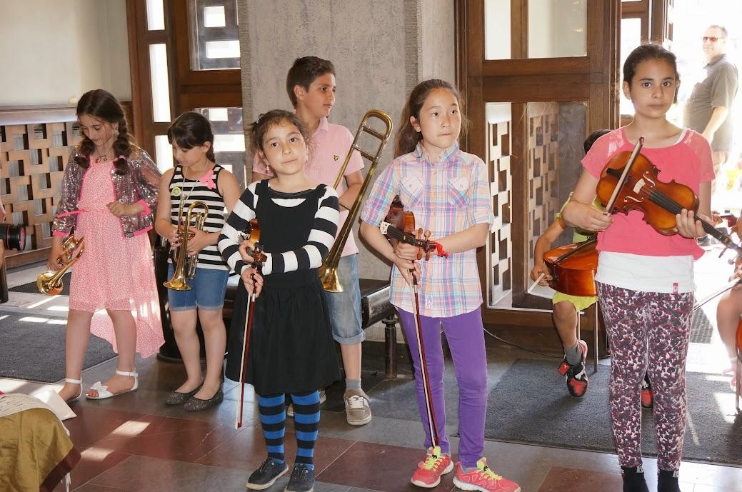 Malin Aghed, coordinadora de El Sistema en Suecia, comentó que cientos de niños viajan desde distintos lugares de este país escandinavo hacia otros sitios donde nunca antes habían estado, para aprender la música como un trabajo en conjunto