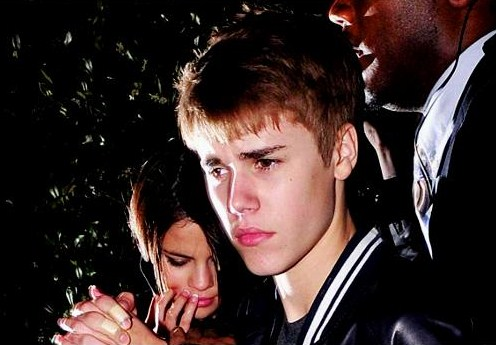 selena gomez punched in the face by justin bieber fan. Bieber Fans Punch Selena Gomez