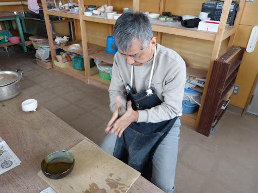 粘土を棒状にします
