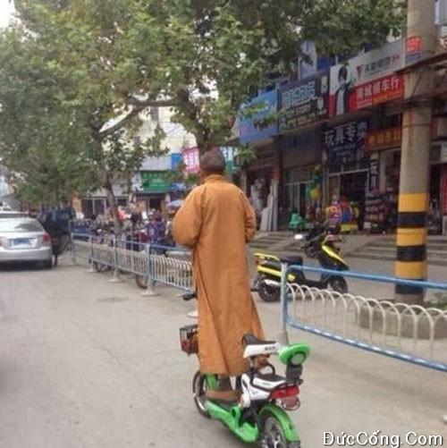 Ông sư chùa đi xe bá đạo
