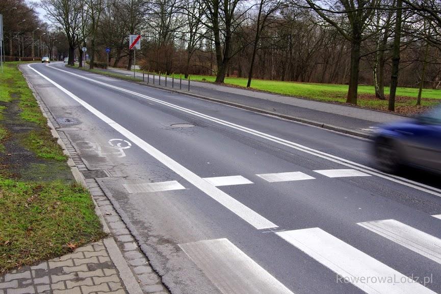 Po jednej stronie pas ruchu dla rowerów zaś po drugiej jednokierunkowa droga dla rowerów. Zdecydowano się na takie rozwiązanie aby zawęzić optycznie jezdnię - czym poprawione bezpieczeństwo ruchu poprzez zmniejszenie prędkości jazdy samochodów.