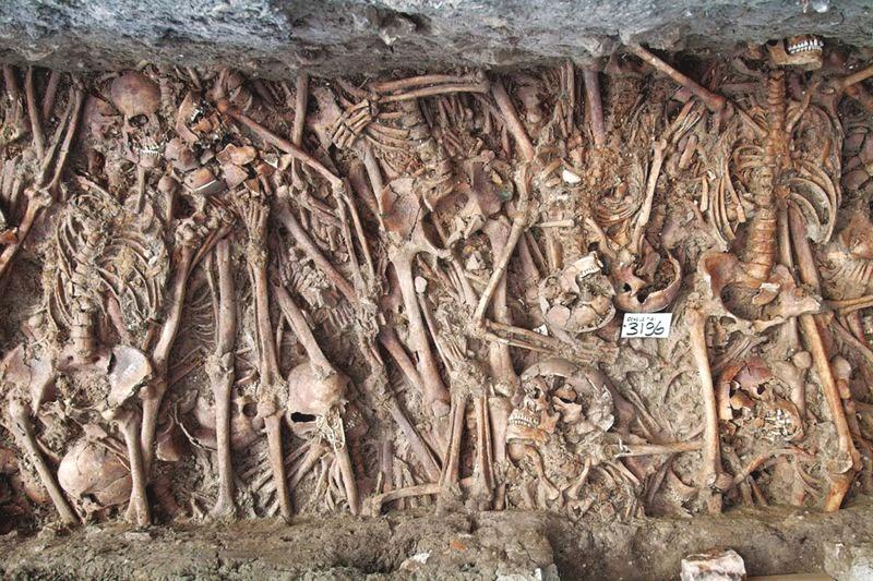 Vala comum para o depósito de corpos de vítimas da Peste Negra.