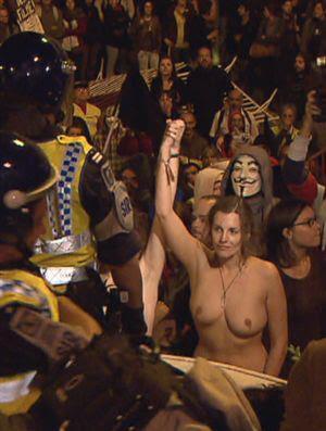 Seios exibidos contra o Governo no Cerco à Assembleia da República
