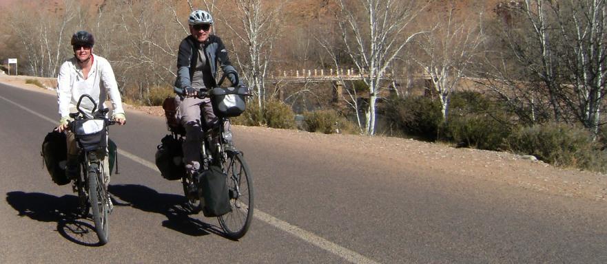 Mirjam Müller und Christoph Gocke on the Bikes im Dades-Tal, Marokko; Foto: Cecilia Romero