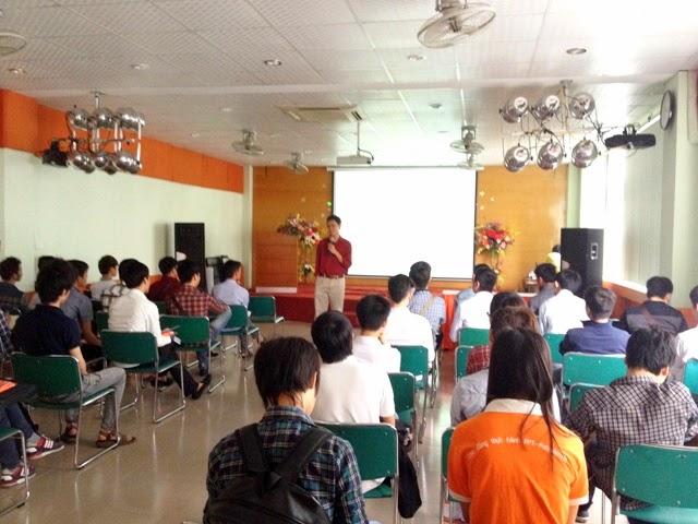 ThS. Nguyễn Thanh Nam, Trưởng phòng Quản lý đào tạo FPT Polytechnic Hà Nội nói chuyện với tân sinh viên Cao đẳng thực hành FPT Polytechnic Hà Nội.
