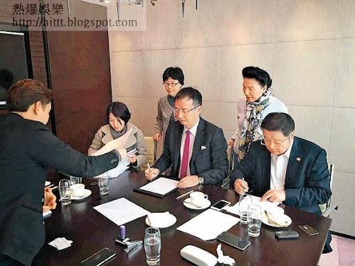 王征(中)、黃炳均(前右)及ECrent王姓女高層簽署亞視股權買賣合約。(互聯網圖片)