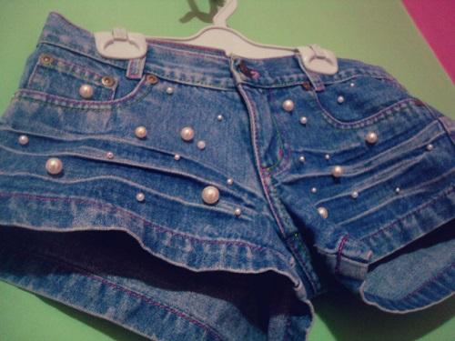 Customização de short jeans com pérolas