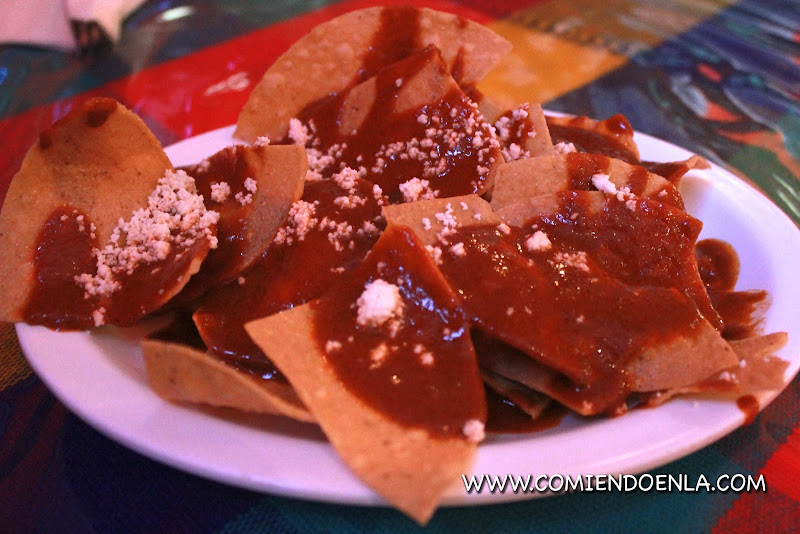 Chips con Mole y Queso Fresco