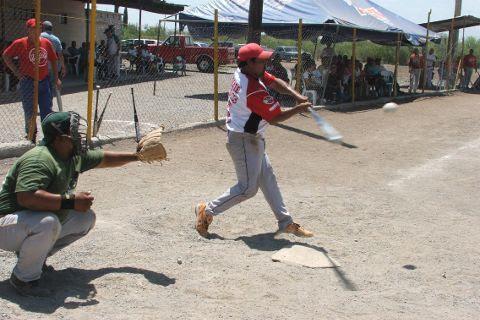 Modesto Hernández de Diablos en el softbol del Club Sertoma
