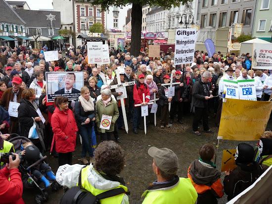 Zahlreiche Menschen protestieren gegen die CO-Leitung.