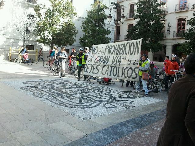 Marcha ciclista: NO a al prohibición de circular en bici por Gran Vía y Reyes Católicos 2012-12-16%252013.36.38